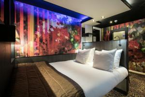 A bed or beds in a room at Eden hotel Amsterdam