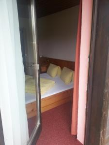 Ein Bett oder Betten in einem Zimmer der Unterkunft Haus Karwendelblick