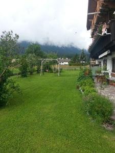 Ein Garten an der Unterkunft Haus Karwendelblick