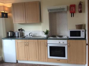 A kitchen or kitchenette at Parkview Apartments