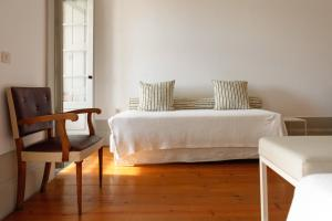 A bed or beds in a room at Pensao Favorita