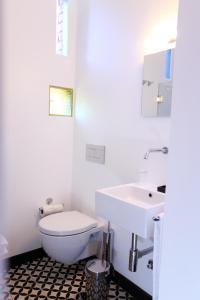A bathroom at Pensao Favorita