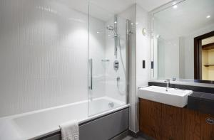 A bathroom at DoubleTree by Hilton Southampton