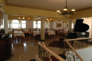 A restaurant or other place to eat at Tamareiras Park Hotel