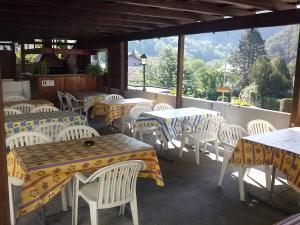 Ein Restaurant oder anderes Speiselokal in der Unterkunft Forellenhof Hotel de la Truite