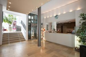 The lobby or reception area at Mercure Hotel Aachen Am Dom