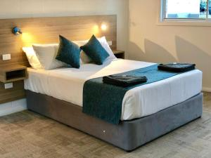 A bed or beds in a room at Gundagai Tourist Suites