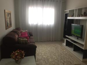 A television and/or entertainment center at Casa confortável para a família toda