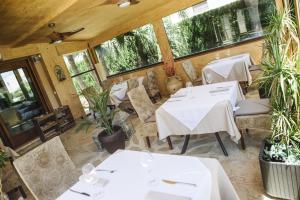 Un restaurante o sitio para comer en Hotel La Gastrocasa - Adults Only