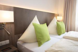A bed or beds in a room at Hotel Aulmann