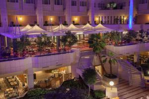 Ein Restaurant oder anderes Speiselokal in der Unterkunft Hilton Prague Hotel