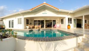A piscina localizada em Villa Happy View ou nos arredores