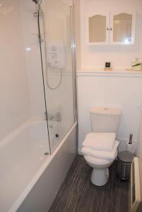 A bathroom at Kelpies Serviced Apartments Alexander- 2 Bedrooms