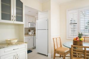 A kitchen or kitchenette at High Noon Beach Resort
