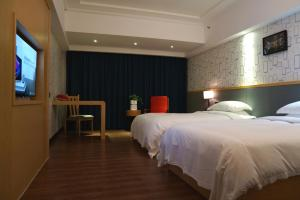 A bed or beds in a room at Yes Hotel (Xin He Yuan Branch)