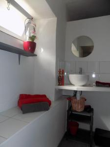A bathroom at Côté Cour, Côté Jardin