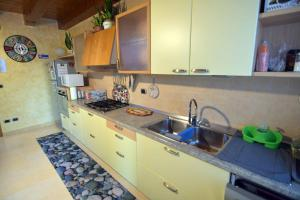A kitchen or kitchenette at B&B Verona Lago di Garda
