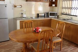Кухня или мини-кухня в Farida Apartments
