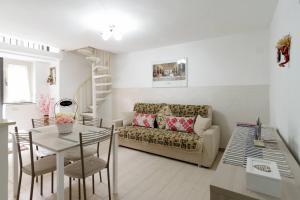 Area soggiorno di Your home in Napoli