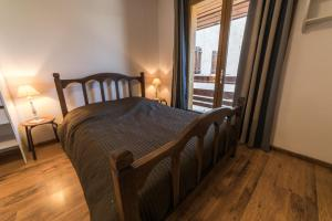 A bed or beds in a room at Chalet les moineaux Appartements