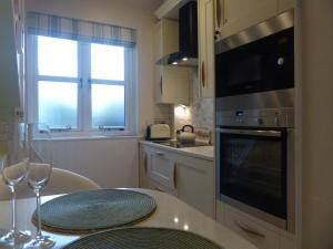 A kitchen or kitchenette at The Little House