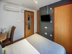 A television and/or entertainment center at OYO Arinza Hotel