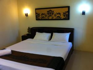 A bed or beds in a room at Prompiram Suannam Resort
