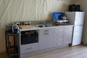 A kitchen or kitchenette at Wallabies Rest