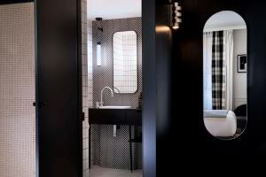 A bathroom at Hotel Flanelles Paris
