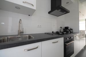 Een keuken of kitchenette bij KURHAUS Appartement 3 Zoutelande