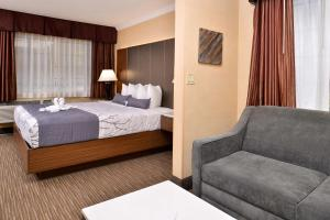 A bed or beds in a room at Best Western Hollywood Plaza Inn - Hollywood Walk of Fame Hotel - LA