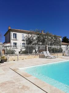 The swimming pool at or near Maison d'hôtes Le Jas Vieux