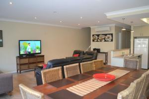A seating area at ELSINOR Townhouse 4 Mulwala