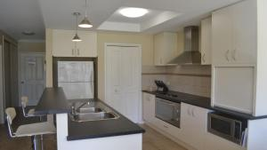 A kitchen or kitchenette at ELSINOR Townhouse 7 Mulwala