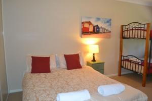 A bed or beds in a room at ELSINOR Townhouse 4 Mulwala