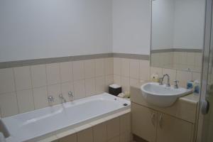 A bathroom at ELSINOR Townhouse 4 Mulwala