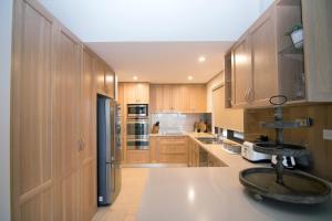 A kitchen or kitchenette at Lake House 61 Mulwala