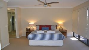 A bed or beds in a room at ELSINOR Townhouse 10 Mulwala