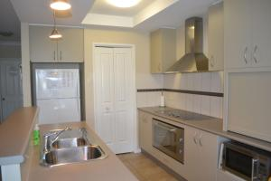 A kitchen or kitchenette at ELSINOR Townhouse 4 Mulwala