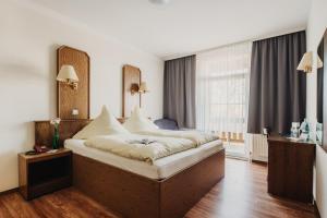 Ein Bett oder Betten in einem Zimmer der Unterkunft Hotel Restaurant 7 Berge am Schlehberg