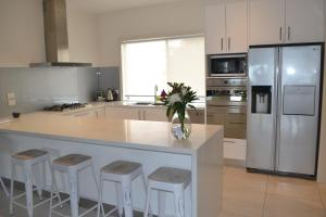 A kitchen or kitchenette at Waterview- Stoneleigh at Yarra