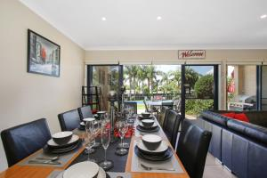 A restaurant or other place to eat at ELSINOR Townhouse 6 Mulwala