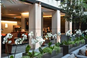 A restaurant or other place to eat at Grosvenor House Suites by Jumeirah Living