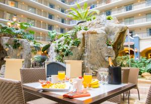 A restaurant or other place to eat at Embassy Suites by Hilton Fort Lauderdale - 17th Street