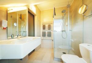 A bathroom at Hotel Saint Fiacre