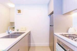 A kitchen or kitchenette at ▷◍New Luxurious Resort◍(stuЙninɡ ct VieW-APT【SYD】