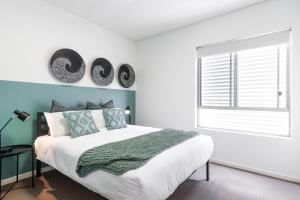 A bed or beds in a room at Large Light Luxe 3BDR 2BA Free Parking - walk to Sydney Uni and RPA