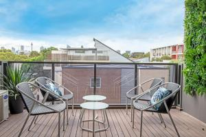 A balcony or terrace at Large Light Luxe 3BDR 2BA Free Parking - walk to Sydney Uni and RPA