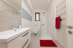 A bathroom at Apartments Paulino