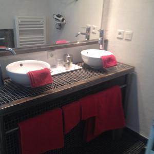 A bathroom at Le Clos des Chevaliers